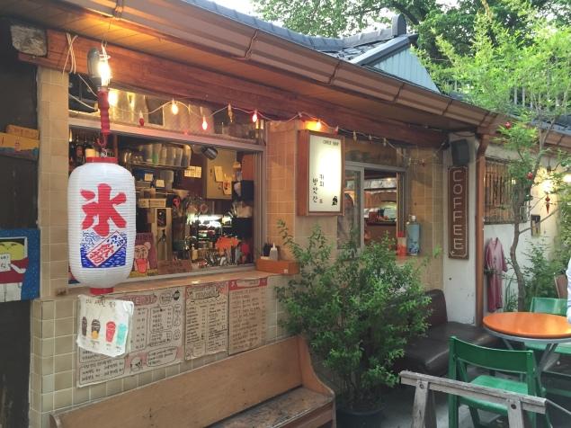 Der Besitzer malt Besucher, die hier einen Kaffee trinken. Leider war bereits Apéro Zeit...