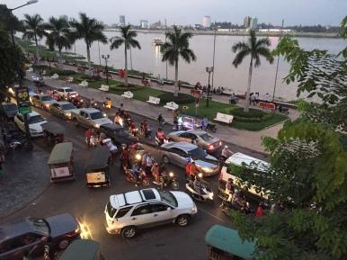 Der normale Feierabendwahnsinn Phnom Penhs.
