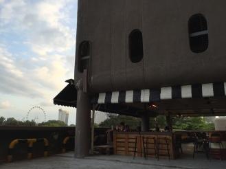 Kino mit Bar und Bar mit eigenem Parkhaus